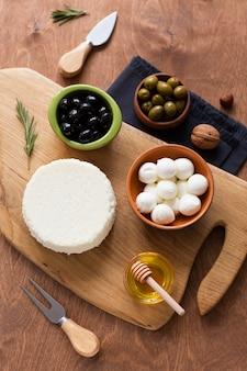 Disposizione di gustosi snack su un tavolo