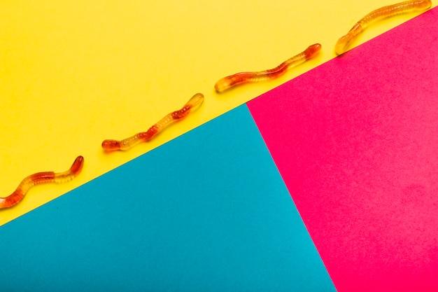 Disposizione di halloween piatto laici con serpenti di gelatina