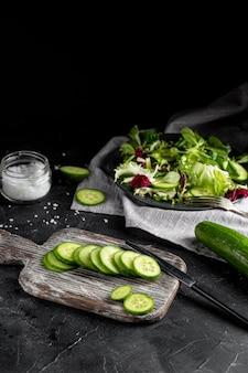 Disposizione di insalata ad alto angolo con stoviglie scure
