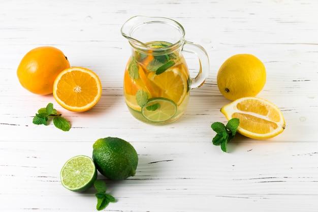 Disposizione di limonata di vista superiore sul tavolo