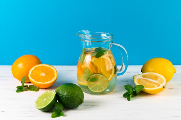 Disposizione di limonata fatta in casa sul tavolo