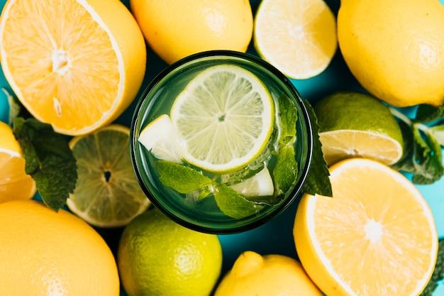 Disposizione di limoni e limette su sfondo chiaro