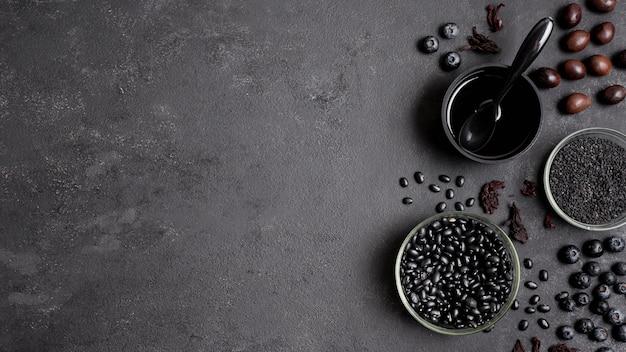 Disposizione di mirtilli e frutta secca con spazio di copia