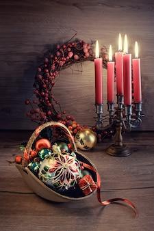 Disposizione di natale con le candele sulla tabella di legno.