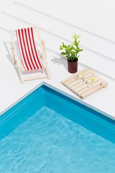 Disposizione di natura morta della piscina in miniatura ad alto angolo