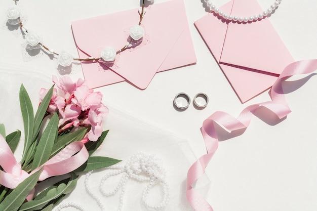 Disposizione di nozze carino su sfondo bianco