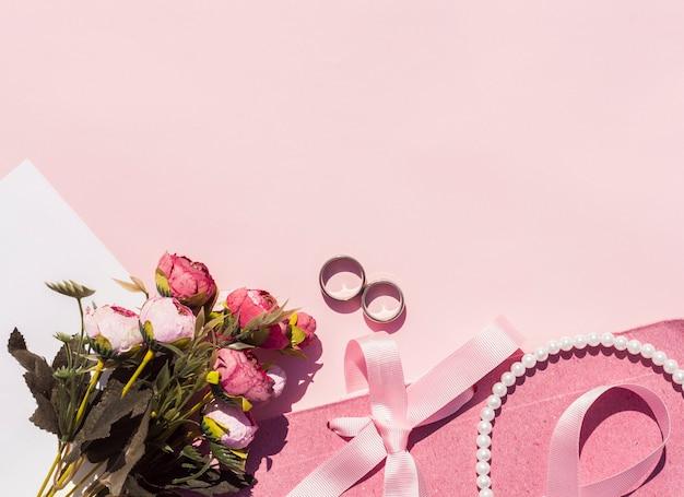 Disposizione di nozze rosa laica piatta con sfondo rosa