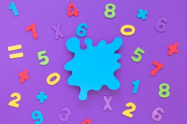 Disposizione di numeri matematica colorata con macchia blu spazio copia