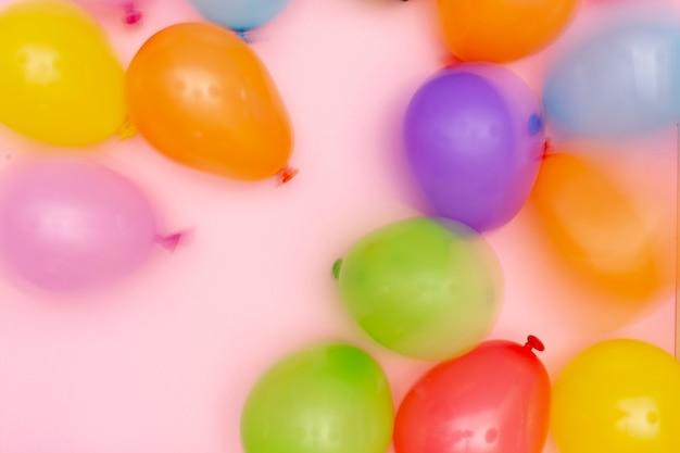 Disposizione di palloncini offuscata laici piatta