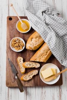 Disposizione di pane e burro con colazione al miele