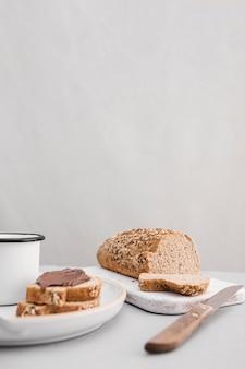 Disposizione di pane e tazza