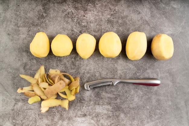 Disposizione di patate sbucciate vista dall'alto