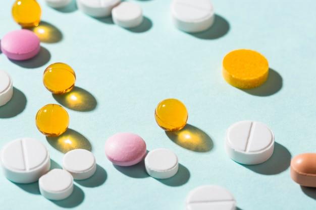 Disposizione di pillole diverse ad alto angolo