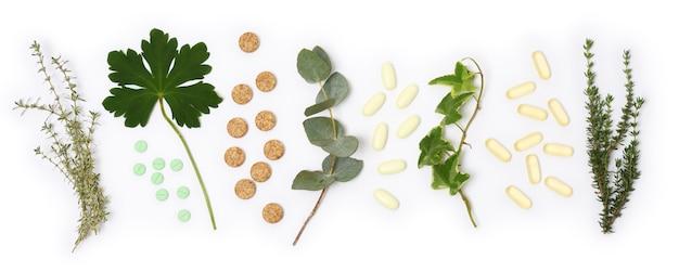 Disposizione di pillole e piante naturali