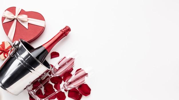 Disposizione di san valentino con champagne e bicchieri con spazio di copia
