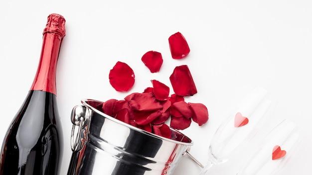 Disposizione di san valentino con champagne e bicchieri