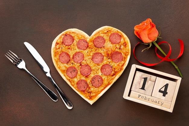 Disposizione di san valentino con pizza a forma di cuore