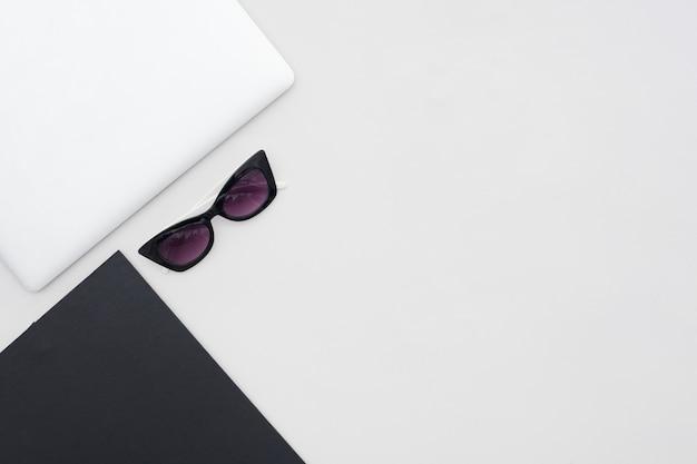 Disposizione di scrivania minimalista vista dall'alto