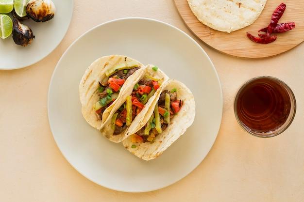 Disposizione di tacos vista dall'alto sul piatto