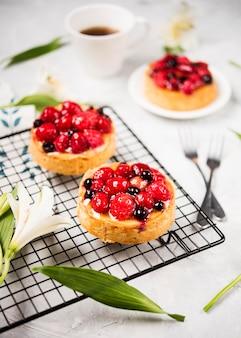 Disposizione di torte fruttate ad alto angolo