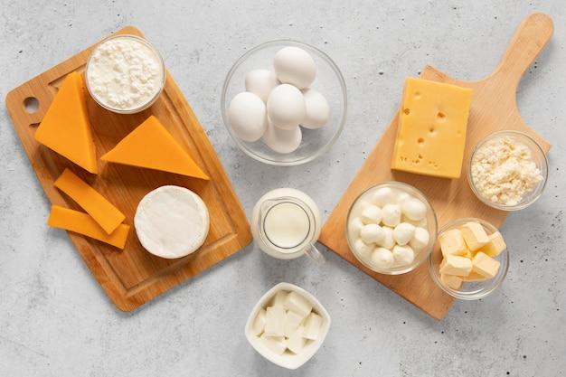 Disposizione di uova e formaggio vista dall'alto