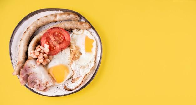 Disposizione di uova e salsicce vista dall'alto