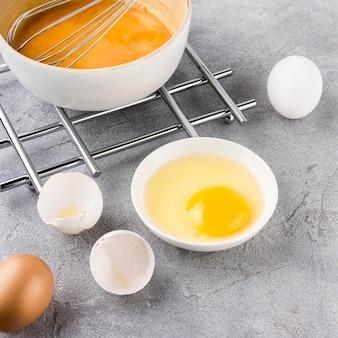 Disposizione di uova rotte ad alto angolo