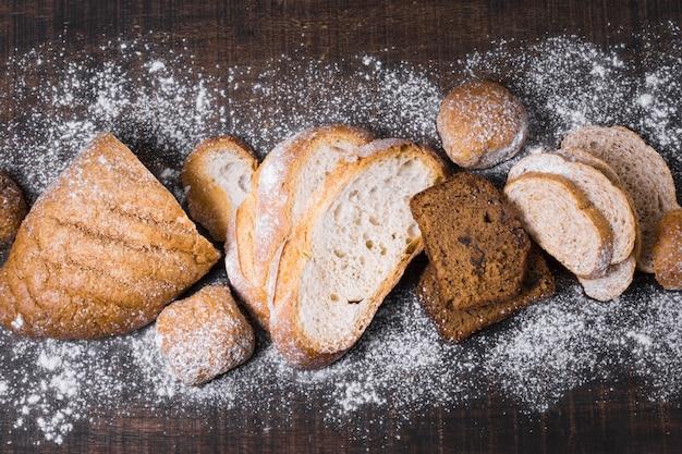 Disposizione di vari tipi di pane e farina vista dall'alto