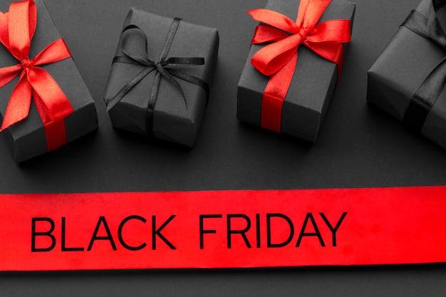 Disposizione di vendita del venerdì nero su sfondo nero