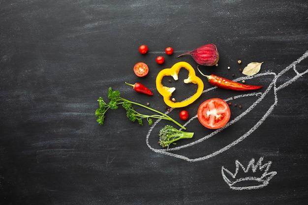 Disposizione di verdure sulla padella di gesso
