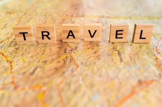 Disposizione di viaggio autunnale ad alto angolo con lettere in legno