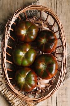 Disposizione di vista dall'alto di pomodori in una ciotola