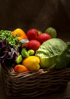 Disposizione di vista frontale di deliziose verdure fresche
