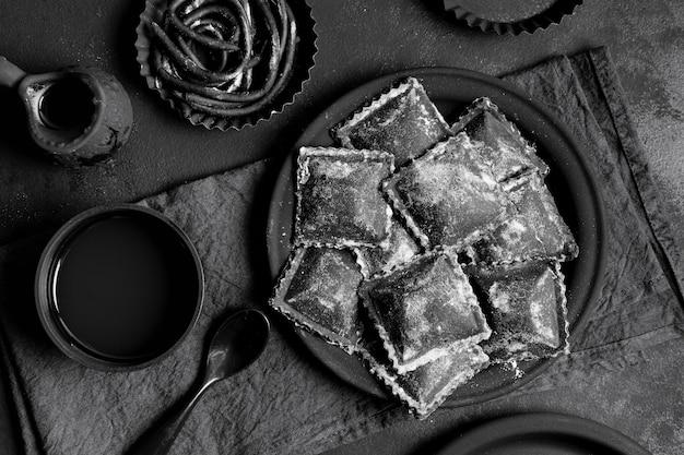 Disposizione di vista superiore di cibo delizioso nero sul tavolo scuro