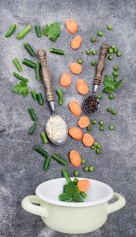 Disposizione di vista superiore di diversi ingredienti su sfondo di cemento