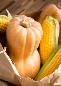 Disposizione di zucca fresca e mais
