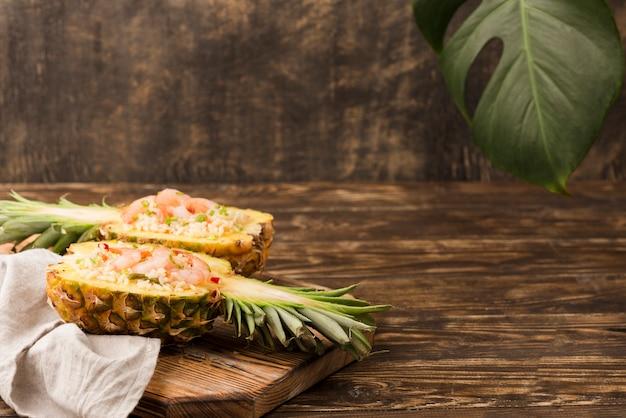 Disposizione esotica con ananas e frutti di mare copia spazio