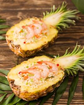 Disposizione esotica con vista dall'alto di ananas e frutti di mare