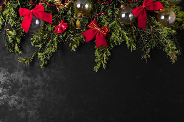 Disposizione festiva di natale sulla tavola nera