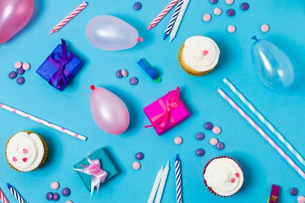 Disposizione festiva piatta per la festa di compleanno