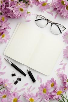 Disposizione fissa vista dall'alto sulla scrivania con notebook e occhiali