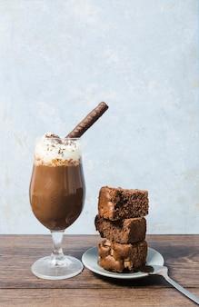 Disposizione frontale con frappe e torta al cioccolato