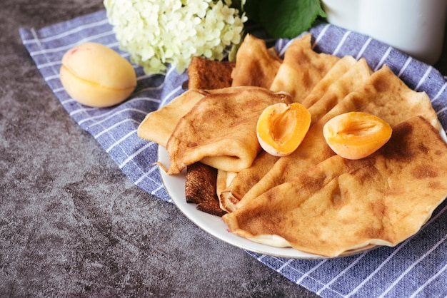 Disposizione gustosa di pesche e pancake