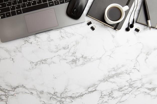 Disposizione moderna del posto di lavoro su fondo di marmo