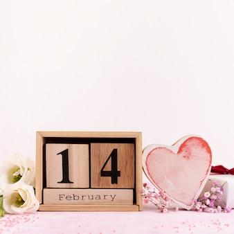 Disposizione per il 14 febbraio con fiori