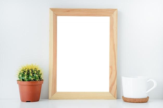 Disposizione per il disegno cornice in legno vuota con sfondo isolato