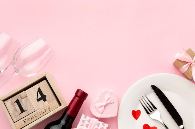 Disposizione per la cena di san valentino su sfondo rosa con spazio di copia