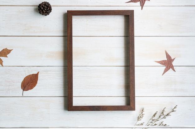 Disposizione piana con lo spazio marrone di legno della copia della fiamma per il messaggio di testo, vista superiore
