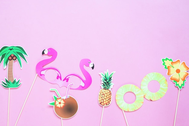 Disposizione piana creativa del concetto di estate sul fondo di colore rosa
