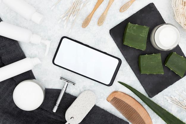 Disposizione piana degli accessori di concetto del bagno